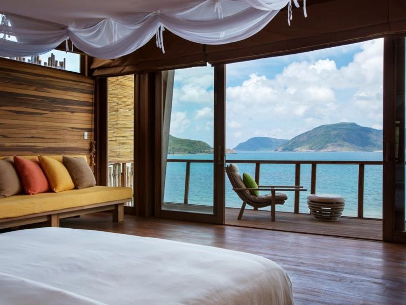Cửa nhôm kính cửa trượt rất phù hợp cho phòng ngủ view ra biển